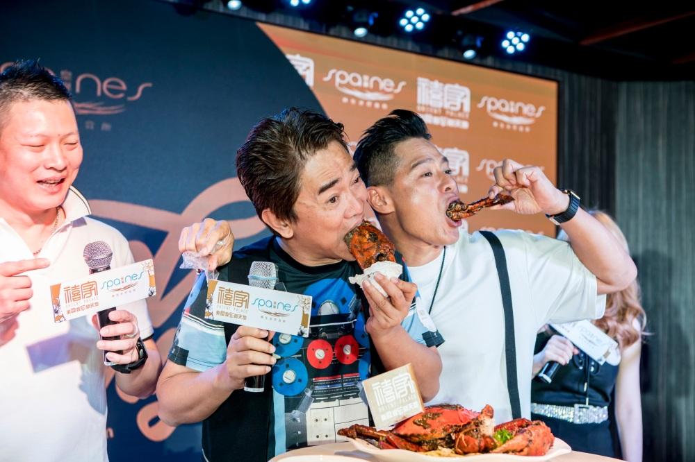 Jacky Wu (吴宗宪), Li Nanxing (李南星) presented with Old Punggol Black & White Pepper Crab