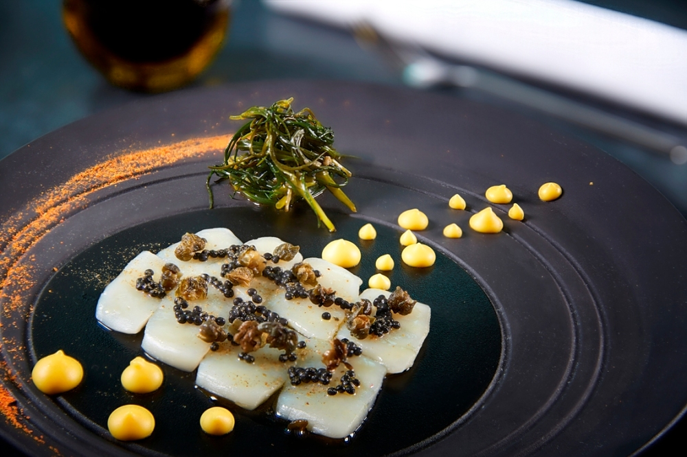 raw Hokkaido scallops, saffron, avruga, monk_s beard, capers_credits solostepstudio