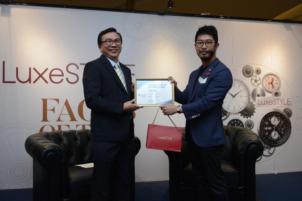 Maxi-Cash CEO Ng Leok Cheng present token of appreciation to SWC Tom Chng