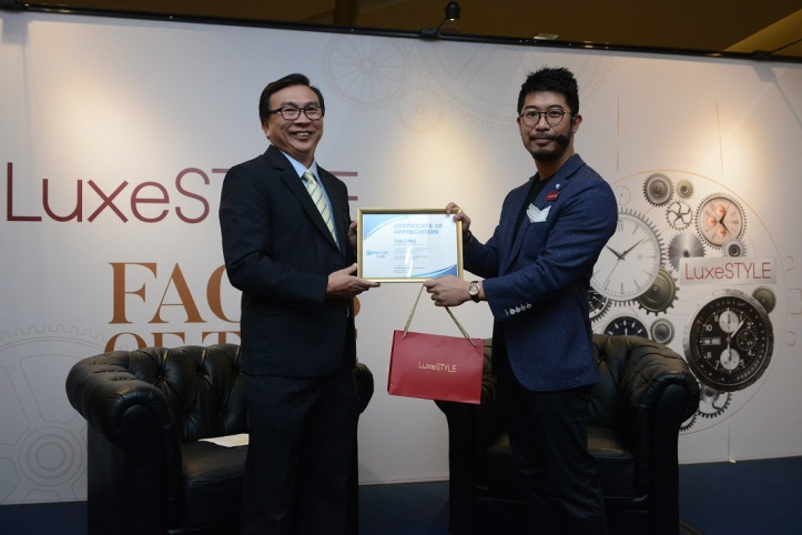 Maxi-Cash CEO Ng Leok Cheng present token of appreciation to SWC Tom Chng