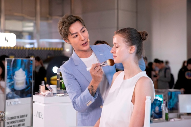Renowned Taiwanese makeup artist Mr. Perry Liu (小P老师) hosting a Skincolor de la Mer master class with the audience
