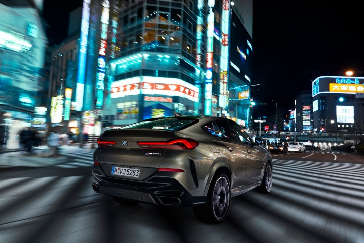 P90356684_highRes_the-new-bmw-x6-drivi