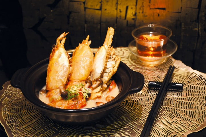 Braised River Prawn with White Pepper Sause in Claypot