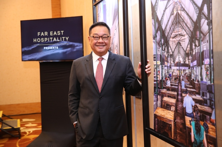 Mr Arthur Kiong, CEO, Far East Hospitality with The Clan Keeper photograph of Lau Pa Sat