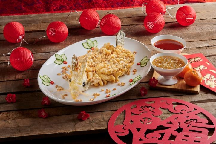 resize_Regent Singapore_CNY_Summer Palace_Deep-fried Garoupa with Sweet Sour Osmanthus Sauce (side)
