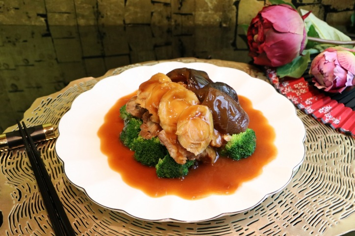 Braised Abalone with Sea Cucumber, Soft Bone & Seasonal Green