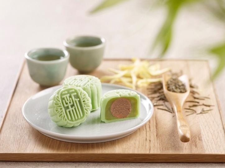 Holiday Inn Singapore Atrium - Green Tea Paste with Chrysanthemum Praline Snowskin Mooncake