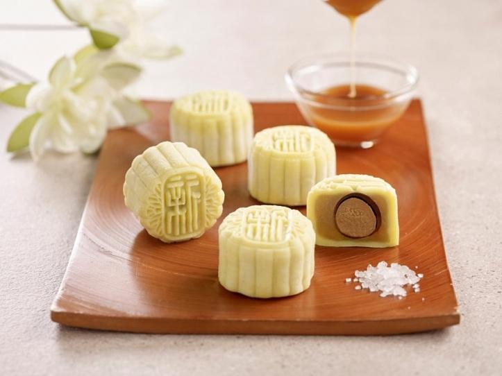 Holiday Inn Singapore Atrium - White Lotus Seed Paste with Sea Salt Caramel Praline Snowskin Mooncake