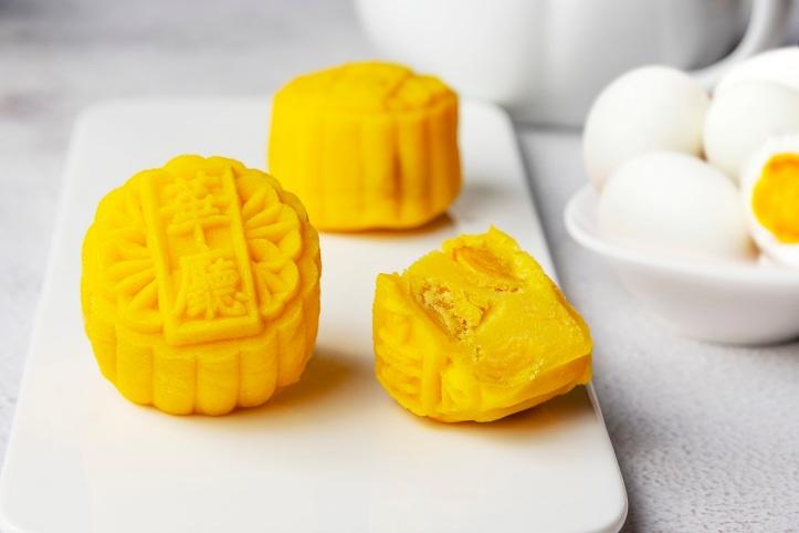Salted Egg Yolk Custard 奶黄咸蛋迷你冰皮月饼