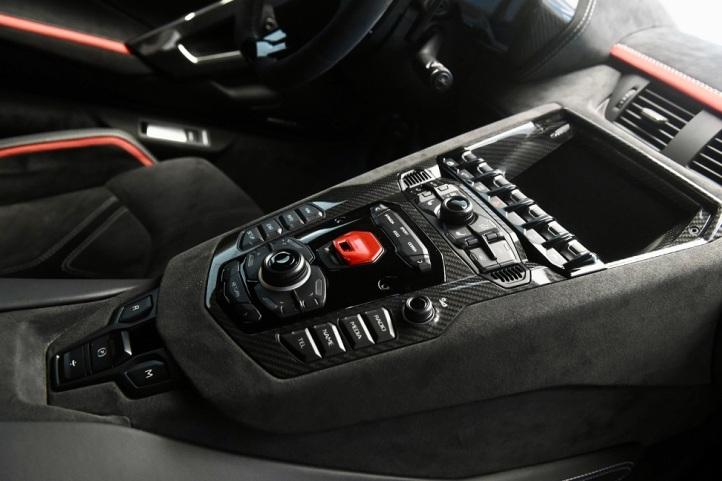 Aventador_Ultimae_In Car Connectivity